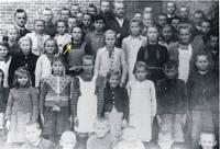 Maria Stasiak (Iwaszkowska) w otoczeniu pierwszych uczniów powojennej szkoły.