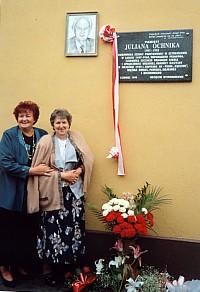 Przy tablicy pamiątkowej G.Miłek i T.Rabikowska-Podgorniak