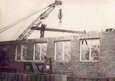 Budowa Ośrodka Zdrowia.  Zdjęcie z folderu o Szynkielowie