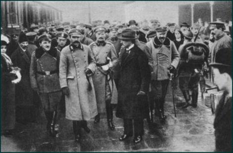 Powitanie Komendanta na dworcu kolejowym w Warszawie dnia 11 listopada 1918 r. po Jego powrocie z więzienia w Magdeburgu. Po prawej Komendanta stoi L. Piskor po lewej S. Głuchowski. Wśród tłumu, obok oficerów legionowych i publiczności cywilnej, widać uwijających się oficerów i żołnierzy niemieckich i austriackich w pełnym uzbrojeniu.