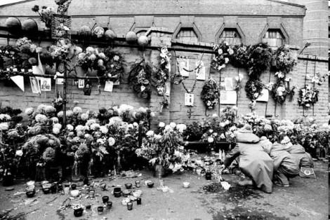 """W pacyfikacji KWK """"Wujek"""" zginęło 9 górników: Jan Stawisiński, Joachim Gnida, Józef Czekalski, Krzysztof Giza, Ryszard Gzik, Bogusław Kopczak, Andrzej Pełka, Zbigniew Wilk, Zenon Zając, a 21 zostało rannych."""