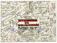 Kartka pocztowa podpisana przez część internowanych z blobu B w dzień wigilijny Bożego Narodzenia 1981 r. Przemycona później poza mury więzienia w Zabrzu Zaborzu posłużyła do  powiadomienia wielu rodzin o miejscu internowania ich bliskich. Organa państwowe nie udzielały nawet najbliższym jakichkolwiek informacji.  /Obóz Internowanych ZabrzeZaborze. 24.12.1981 r. - ARCHIWUM L.S./